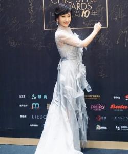 赵雅芝纯白蕾丝长裙优雅性感写真图片