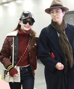 戚薇李承铉夫妻机场甜蜜恩爱写真图片