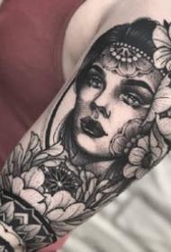 手臂女郎紋身:9款包臂的黑灰女郎紋身作品