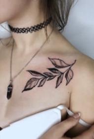 女生颈部小清新的项链纹身作品欣赏