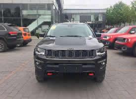 一組低調奢華的黑色jeep指南者汽車圖片
