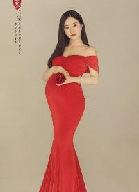 红色古风孕妇写真图