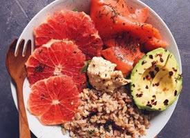 一组水果蔬菜均衡搭配的早餐图片