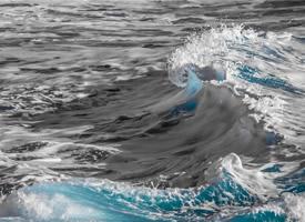 海邊洶涌浪花高清桌面壁紙