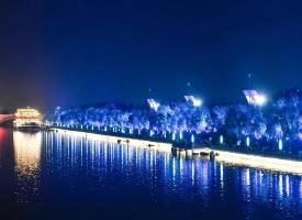 燈光璀璨的北京大運河夜景圖片