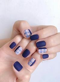 一組漂亮的深藍色美甲圖片欣賞