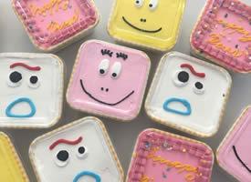 一組超級可愛色彩鮮明的盒子蛋糕