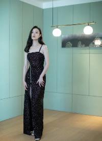 一身黑色長裙的倪妮盡顯嫵媚與氣質