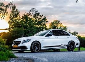 一組白色Mercedes-AMG C 63 S 圖片欣賞