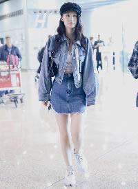 李沁穿露臍裝與牛仔外套和牛仔短裙,整體造型又A又甜
