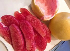 一组刚剥开的红红的柚子图片欣赏