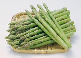 一組青蔥翠綠的蘆筍圖片