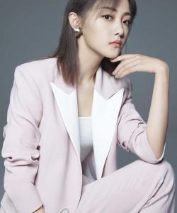 吴佳怡粉色西装魅力写真图片