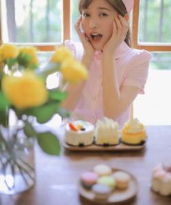金莎粉色护士装俏皮可爱写真图片