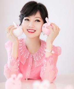 赵雅芝粉色雪纺衬衫气质写真图片