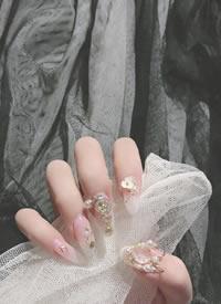 一組亮晶晶的鑲鉆美甲圖片欣賞