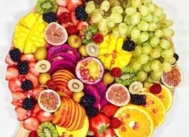 一组五颜六色营养丰富的水果拼盘