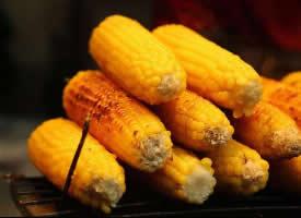 一组香喷喷的烤玉米图片