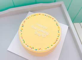 一组极简风格的小清新奶油蛋糕