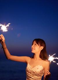 迪麗熱巴甜美陽光海邊寫真圖片