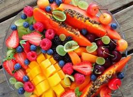 切好的一大盘水果吃起来那才叫爽
