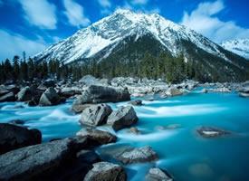碧蓝的湖水,白雪皑皑的山峰