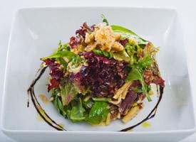 一組健康美味的蔬菜沙拉圖片