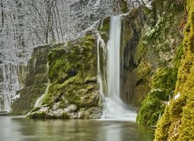 唯美的冬季瀑布結冰景象圖片
