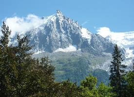 蓝天下的阿尔卑斯山