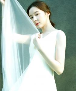 崔心心优雅白裙性感写真图片