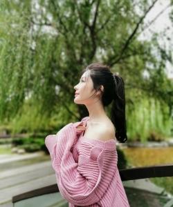 汤晶媚粉色针织衫甜美图片