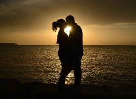真正的爱情不只是拥抱和接吻