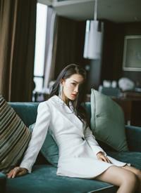 李沁白色西裝裙干練寫真圖片