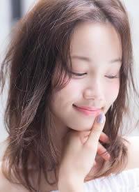 一組浪漫的日系發型,淺發色襯膚白