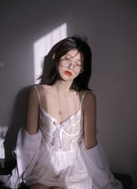 丰满美女吊带长腿性感福利写真
