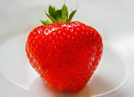 新鮮的牛奶草莓實拍高清圖片