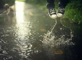 淋过雨的空气,疲倦了的伤心,我记忆里的童话已经慢慢的融化