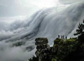 廬山瀑布云,云霧繚繞,如入仙境