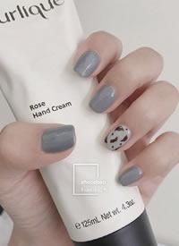 一組簡單絕美的灰藍色美甲圖片