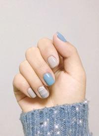 一組優雅靜謐的藍色系美甲圖片欣賞