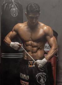 一組身軀高大的肌肉男圖片