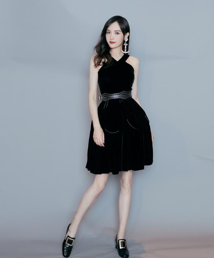 点击大图看下一张:唐嫣一袭黑色连身裙搭配小皮鞋