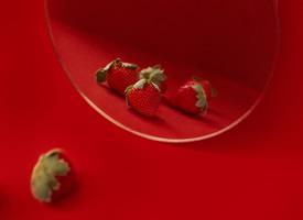 一組草莓紅色背景藝術照圖片
