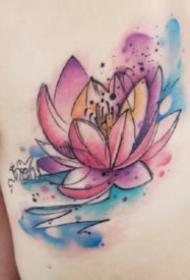 水彩荷花纹身 女生背部几款水彩色荷花纹身图案