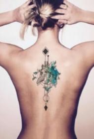 女生后背脊柱上的一組小清新紋身作品圖片