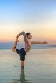 纹身帅哥和瑜伽搭配的摄影作品欣赏