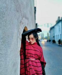 汤晶媚红裙优雅靓丽街拍图片