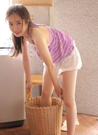 白嫩居家美女香肩美腿撩人圖片