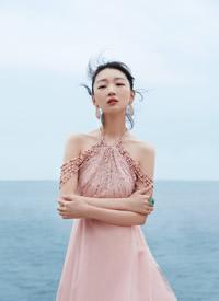 周冬雨粉裙优雅海边写真图片