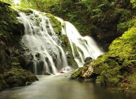 优美的山间瀑布风景